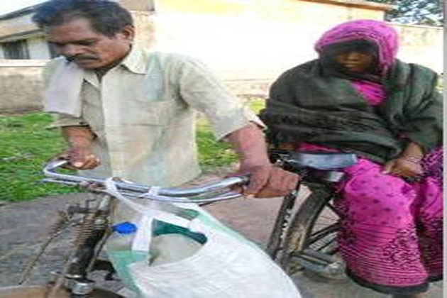 Insensitive people: poor man has to carry his pregnant wife to hospital From Damoh(MP) to Kanpur (UP)